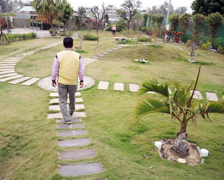 鳳誠社區由雜草叢生的軍事土地改造為社區公園及社區園藝行。(圖∕徐世雄 攝)