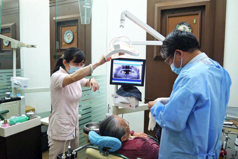 台灣老年人口缺牙問題普遍,對生活與健康皆影響甚鉅。(圖∕李昀諭 攝)