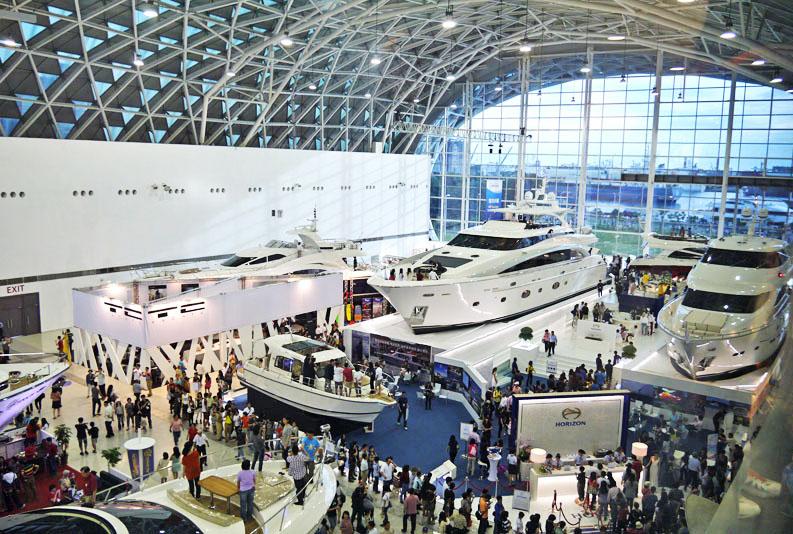船舶展示區的各式豪華遊艇展現高雄遊艇產業的精良工藝,吸引大批民眾參觀。(圖∕李昀諭 攝)
