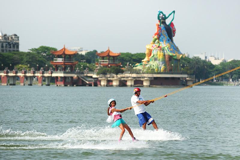 蓮潭滑水主題樂園的開設,讓遊客可在古城景致中體驗馳騁滑水。(圖∕鮑忠暉 攝)