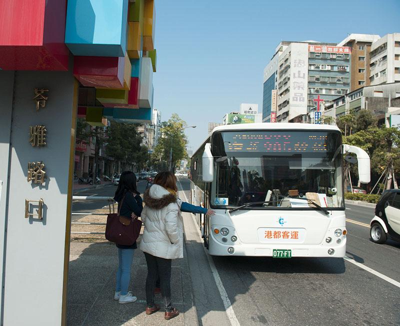 高雄市公車路網優質化,公車載運量相較去年提升近三成。(圖∕李士豪 攝)