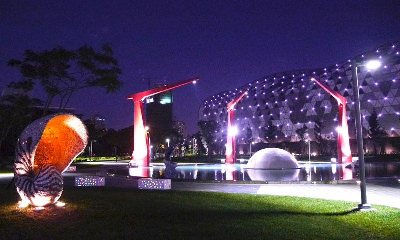 新光公園夜間配合七彩日晷行人橋與照明燈光,夜景十分迷人。(圖 /李昀諭 攝)