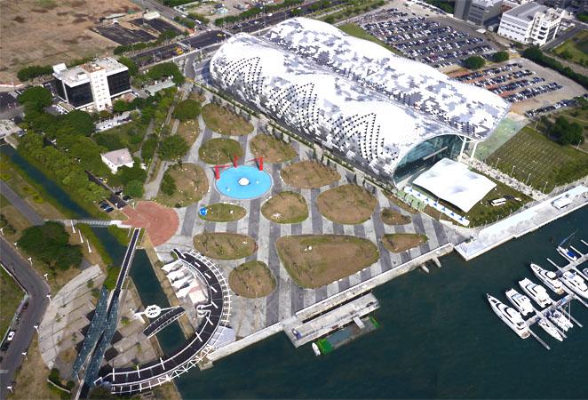 新光公園旁鄰高雄展覽館,前接新光碼頭,成為高雄港灣著名地標公園。(圖∕張簡英豪 攝)