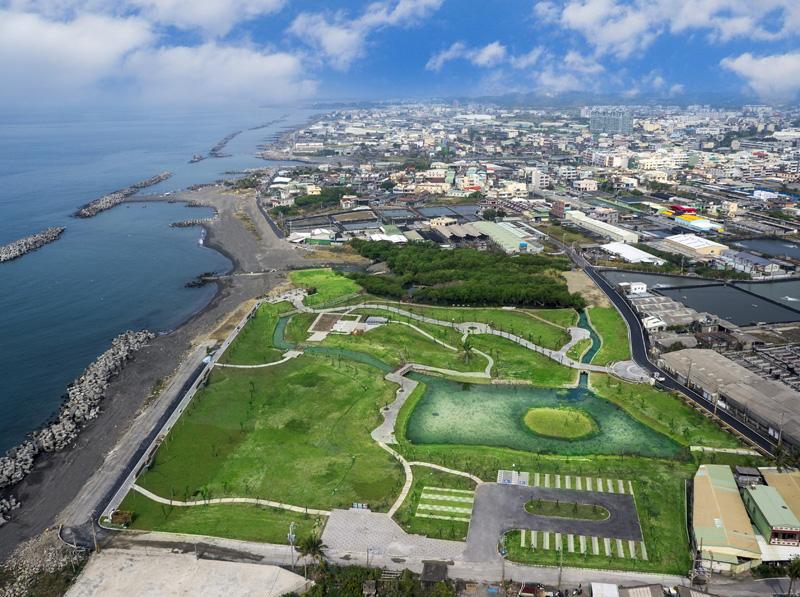 林園區公12海洋濕地公園鄰台灣海峽,兼具廣闊綠地與濕地生態,十分珍貴。(圖∕高雄市政府工務局養護工程處 提供)