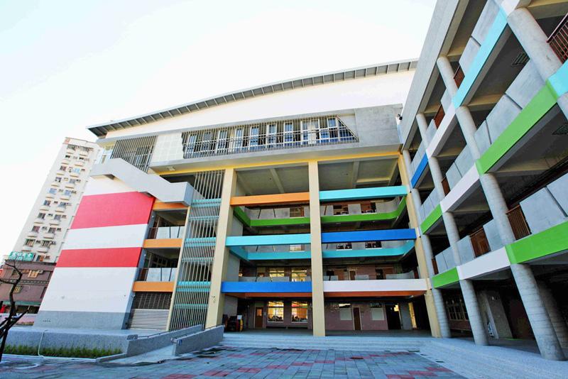 正興國小教學大樓外觀色彩繽紛,並採用綠建築設計,兼具美學與實用功能。(圖∕高雄市政府工務局新工處 提供)
