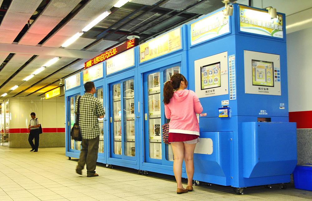 捷運圖書館結合一卡通,讓通勤市民借閱書籍更方便。(圖∕張簡英豪 攝)