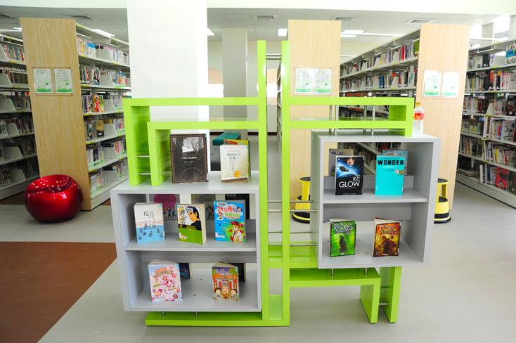 市立圖書館鳳山中崙分館,是鳳山區的第四座圖書館。(圖/鮑忠暉 攝)