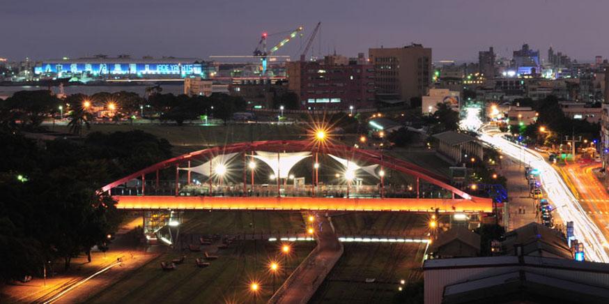 公園陸橋天空雲台夜晚點燈後,迷人夜景讓城市更添浪漫。(圖∕鮑忠暉 攝)