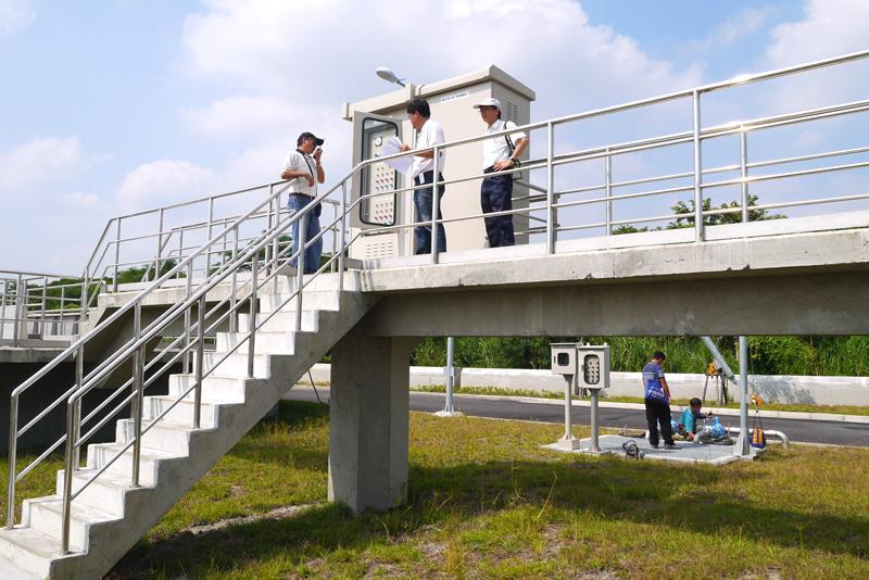 旗美汙水處理廠採地上式建築,填高地基,另施作排水渠道,降低颱風雨季時期的淹水風險。(圖∕李昀諭 攝)