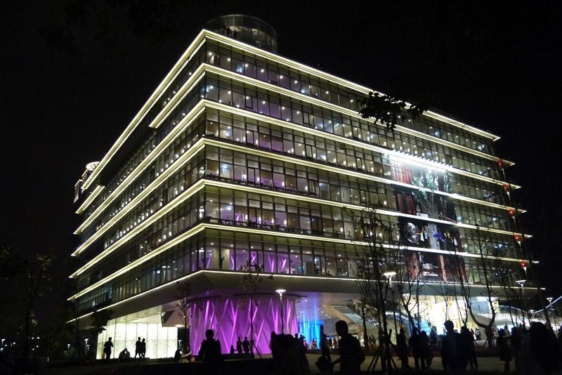 2014年11月13日高雄市新圖書總館啟用,成為市民的國家級知識殿堂。(圖∕李昀諭 攝)