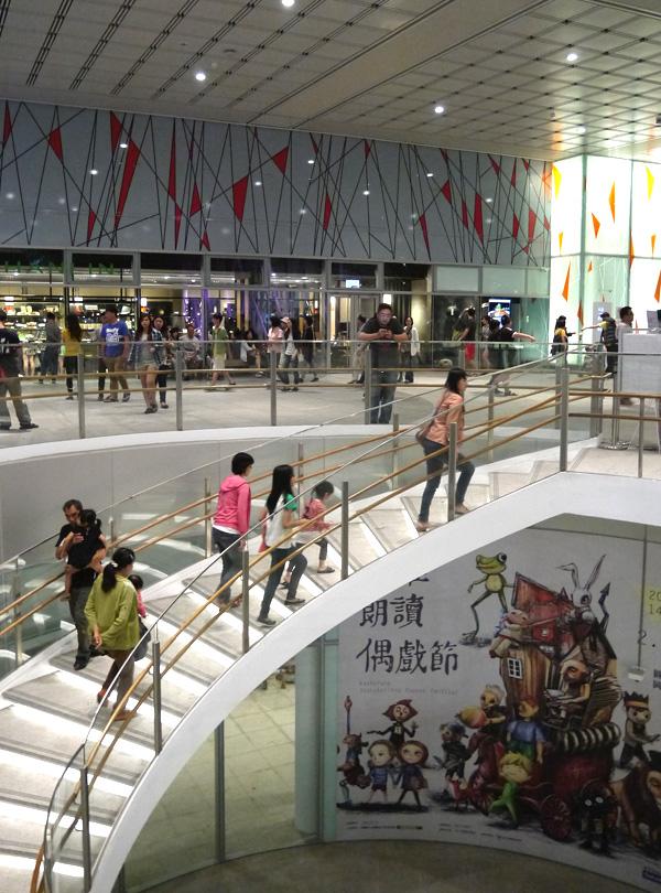 高雄市新圖書總館一樓為寬敞廣場與餐飲空間。(圖∕李昀諭 攝)