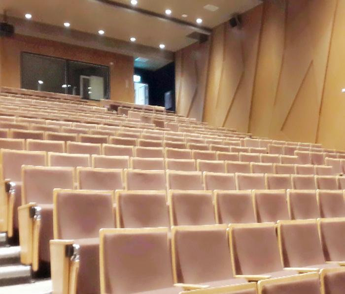 高雄市新圖書總館的講堂空間,提供專家講者與民眾交流的空間。(圖∕高雄市新圖書總館 提供)