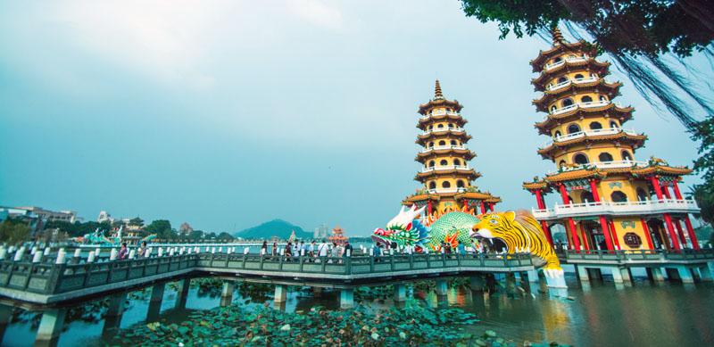 蓮池潭擁有龍虎塔、春秋閣等古蹟廟宇,每每吸引大批遊客。(圖∕李士豪 攝)