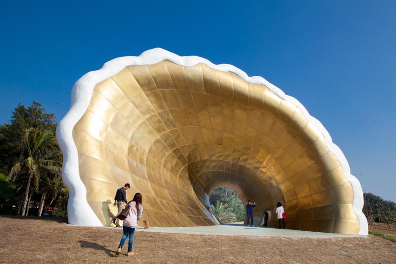 「黃金海珍珠」巨大的黃金貝殼成為到旗津旅遊民眾拍照留念新亮點。(圖∕高志宏 攝)