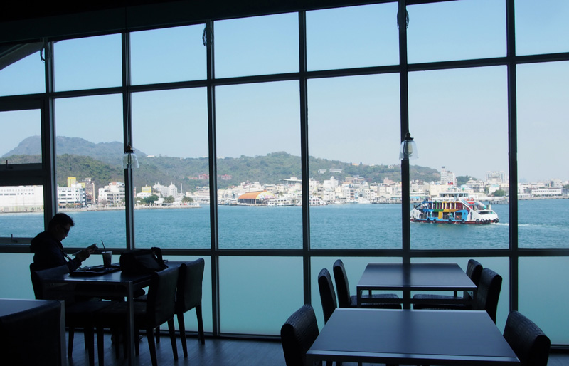 從旗津輪渡站二樓餐廳可望見窗外大港美景。(圖∕張筧 攝)
