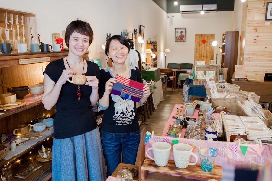 謝美萱和曹萱儀共同打造以「分享」為目標的雜貨舖。(圖∕高志宏 攝)