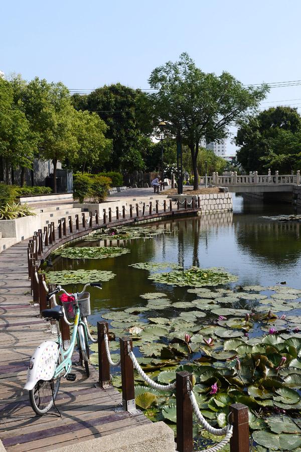 騎單車沿著曹公圳護城河,悠閒賞古蹟與美景。(圖∕張簡英豪 攝)