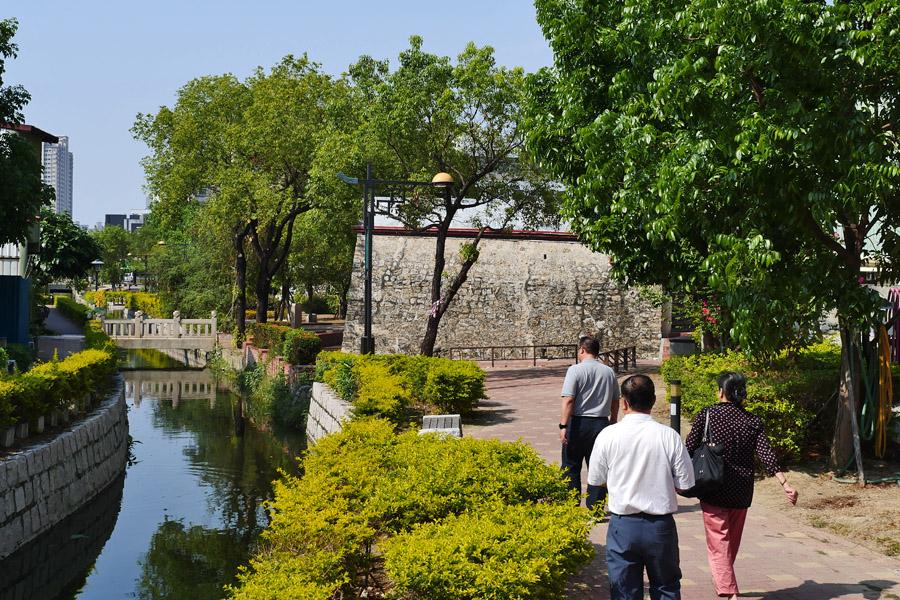 平成砲台與小橋流水景致吸引民眾散步賞景。(圖∕張簡英豪 攝)