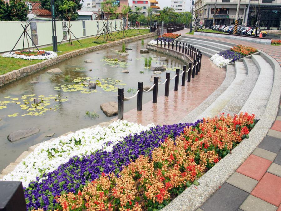曹公圳水岸遍植花草與水生植物。(圖∕張簡英豪 攝)