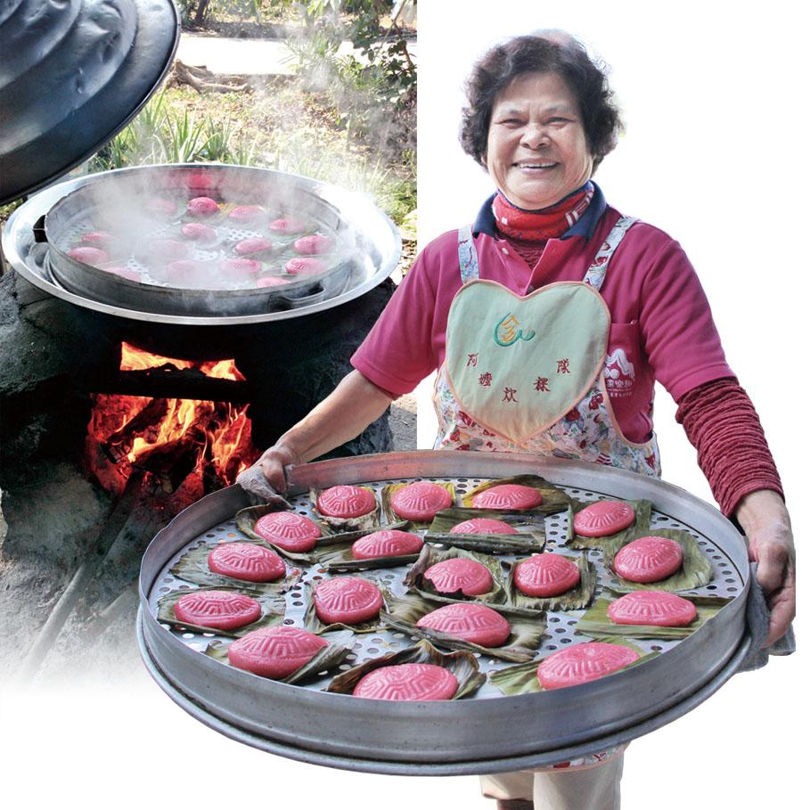 """賴林省阿嬤和阿嬤們聚在一起做紅龜粿 Grandma Lai Lin-sheng and the """"girls"""" gather to make red turtle cakes."""