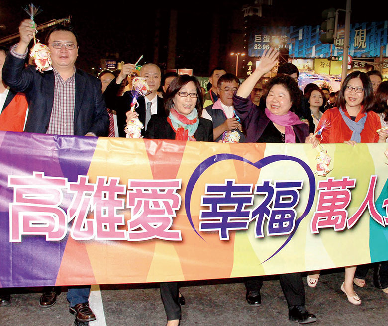 陳菊市長(左3)參加萬人提燈大遊行 Mayor Chen Chu (third left) participating the Lantern Parade