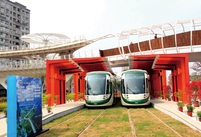 高雄輕軌將於今年8月上路。KLRT ready for service this August.