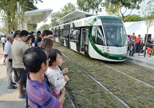 民眾試乘輕軌。Residents get a preview of new KLRT.