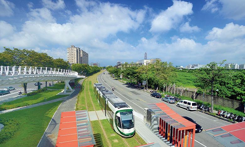 高雄輕軌即將上路了 Kaohsiung light rail system is expected to be in service this October.