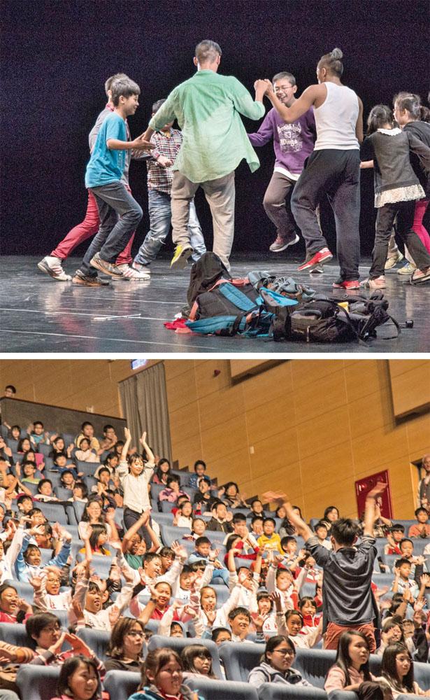 雲門2舞者和孩子手牽手一起跳舞 Cloud Gate 2 performers dancing hand-in-hand with children