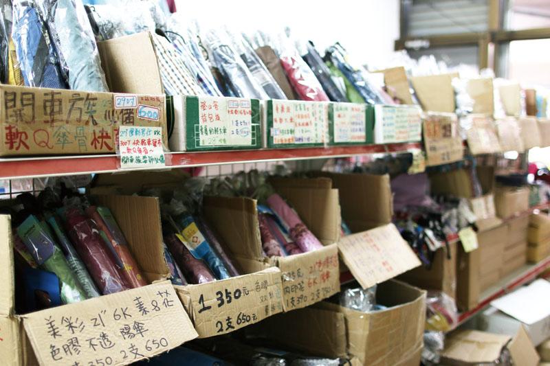 佈滿貼心資訊的商品架 Umbrellas in Ren Hau