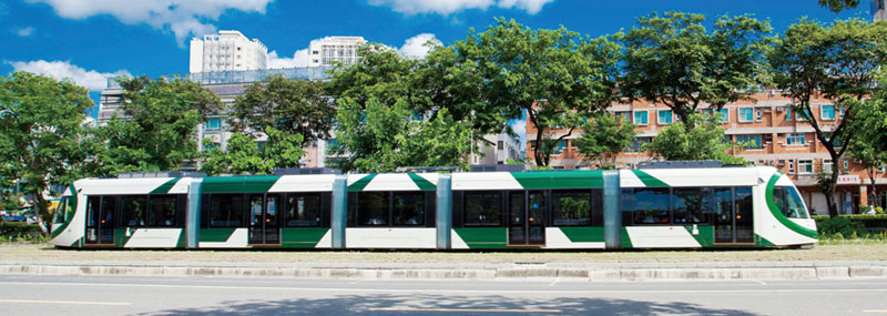 輕軌列車彷彿是滑在草地上的移動風景 The trams appear to glide across the grass.