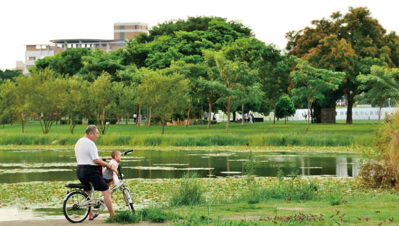 園區裏的生態湖和美麗的景觀 Park's lake and beautiful landscape