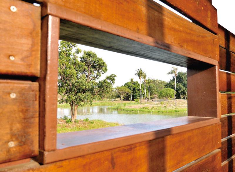 透過觀察窗觀賞蟲鳥生態 Holes designed for watching the park's wildlife