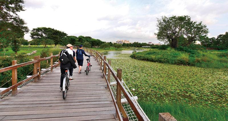 沿著自行車道,遊客漫步或騎乘自行車賞遊沿途景觀 Visitors walking and cycling along its bike paths