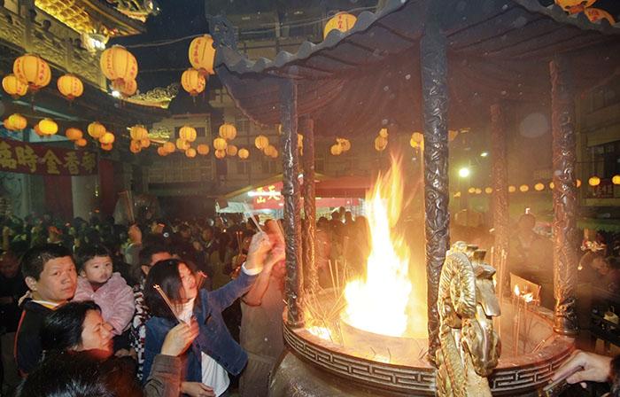 過年期間的鳳山天公廟,都是祈求幸福平安香客人潮。During Lunar New Year, Fongshan Tiangong Temple is always packed.