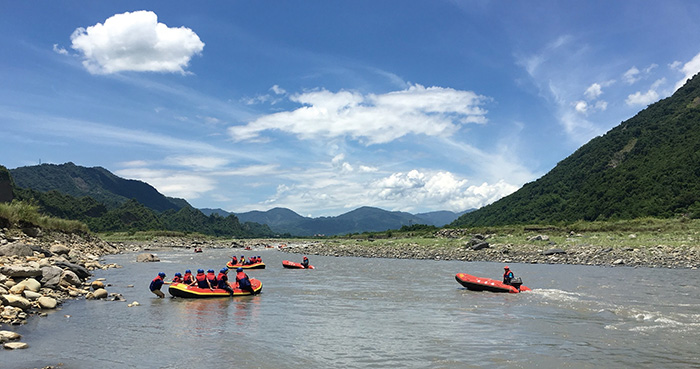 荖濃溪泛舟 Whitewater rafting on the Laonong River