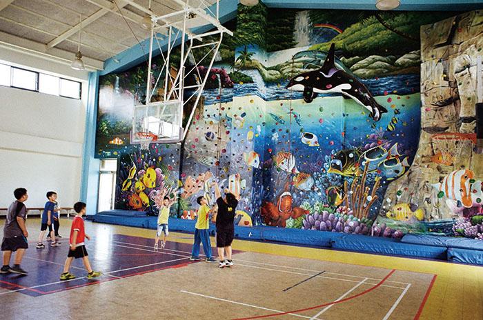 海洋意象彩繪的攀岩牆 The school's climbing wall features paintings of marine animals and environments.