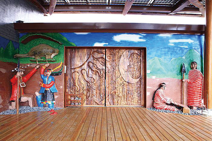 校園內布農族文化裝置藝術 Paintings and carvings of Bunun aboriginal motifs