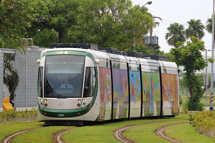輕軌列車 A light-rail tram glides across the ground.