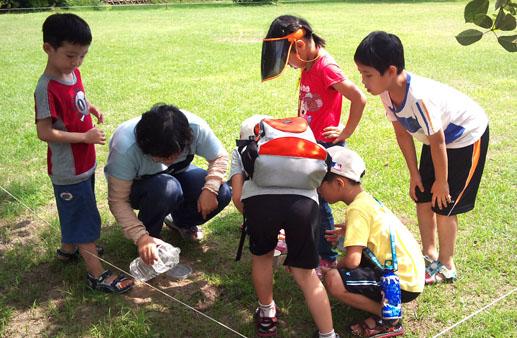 灌蟋蟀的舉動最能引起小朋友圍觀的好奇心。(圖/Anny 提供)
