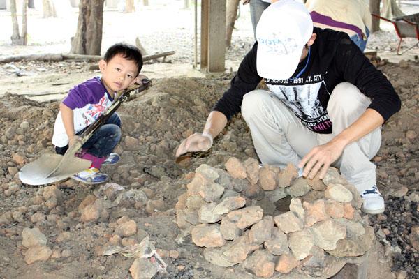 焢土窯讓大人小孩共享親子樂趣。( (圖/小溍媽 提供)