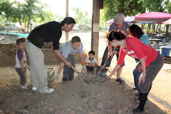焢土窯完成覆土後,只要耐心等待就能吃到香噴噴的美味。(圖/小溍媽 提供)