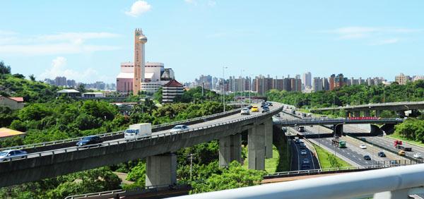 高雄市政府建構便利且順暢的交通系統,努力滿足民眾「行」的需求。(圖/鮑忠暉 提供)