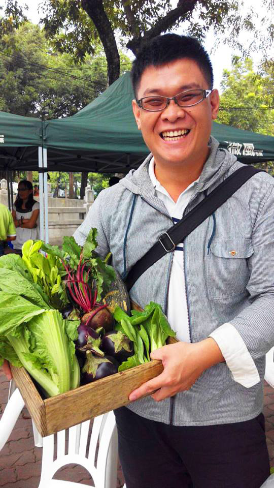 The F勇氣廚房主廚李建達時常到微風市集採購,以行動支持小農。(圖∕The