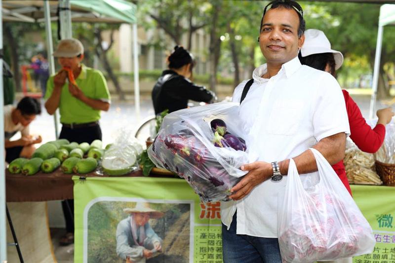 迪立每週必定前往微風市集採購當季蔬果。(圖∕迪立印度健康蔬食坊 提供)