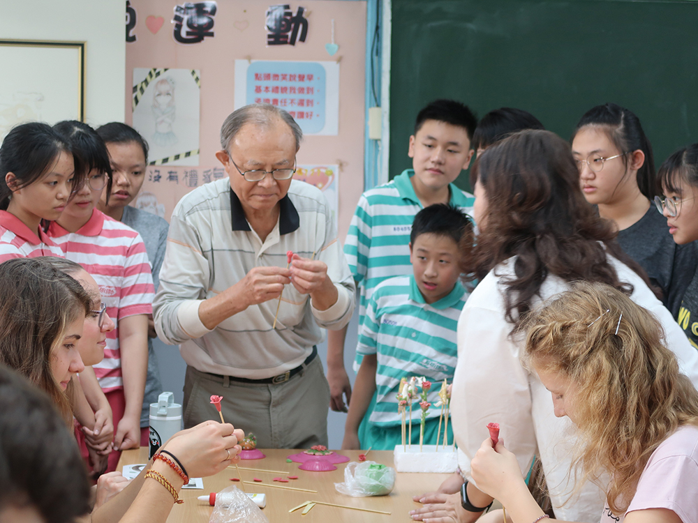Mr. Chen Yi-jin (center) demonstrates dough-figurine making techniques.